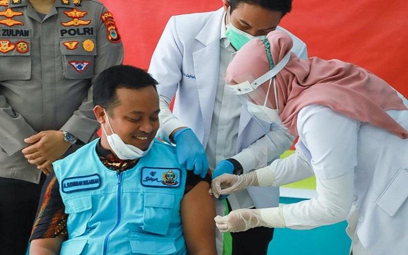 Wakil Gubernur Sulawesi Selatan Andi Sudirman Sulaiman menjalani vaksinasi COVID-19 pada 14 Januari 2021 - Antara