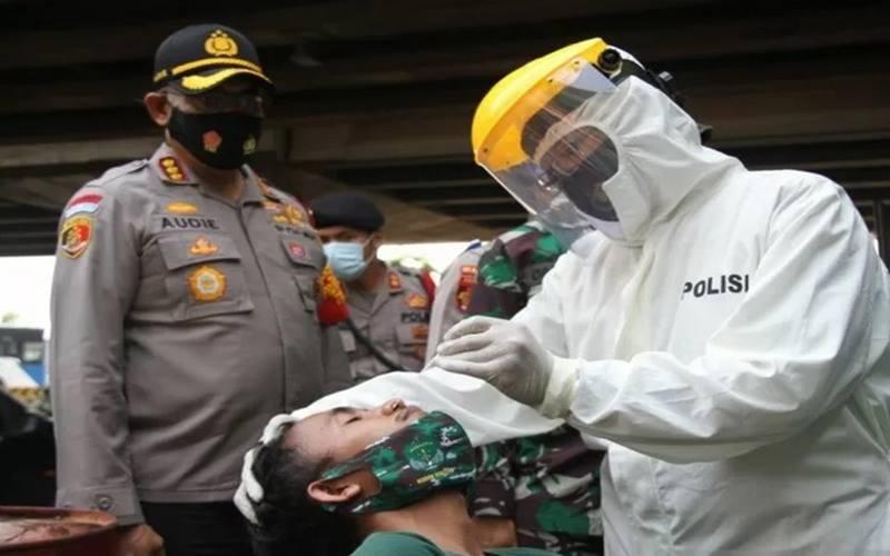 Pendemo yang terjaring menjalani tes usap di Pos Polisi Cengkareng, Jakarta, Rabu (7/10/2020). - Antara\r\n\r\n