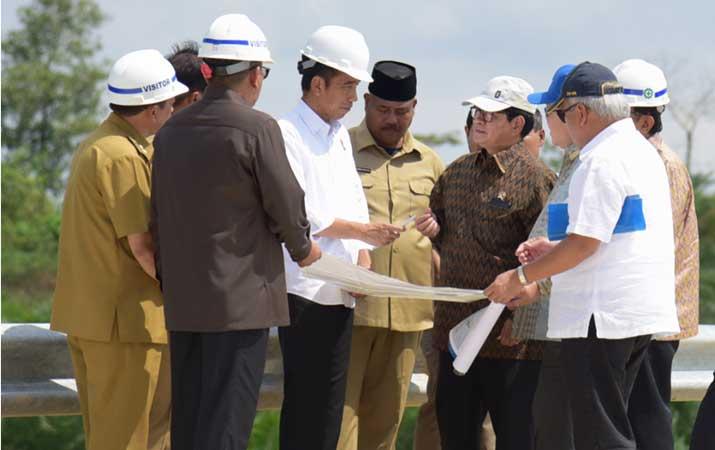 Presiden Jokowi (ketiga kiri) dan sejumlah pejabat terkait berdiskusi saat mengunjungi Bukit Soeharto, di Kabupaten Kutai Kartanegara, Kalimantan Timur, Selasa (7/5/2019). - Setkab/Anggun