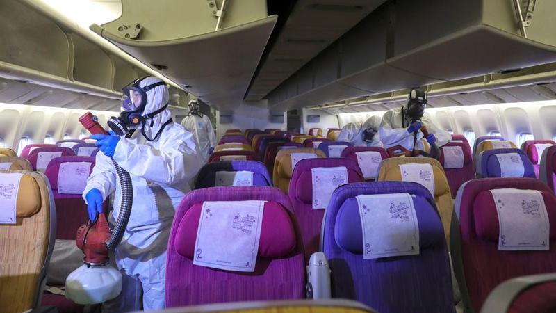 Anggota kru Thai Airways mendisinfeksi kabin pesawat sebagai prosedur untuk mencegah penyebaran coronavirus di Bandara Internasional Suvarnabhumi, Thailand, 28 Januari 2020. -  REUTERS / Athit Perawongmetha
