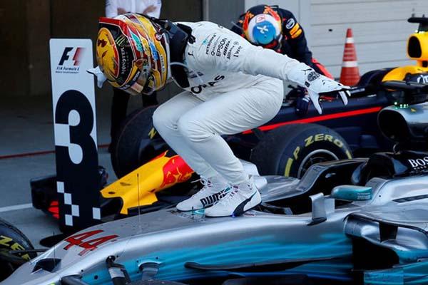 Selebrasi Lewis Hamilton  - Reuters/Toru Hanai