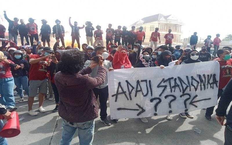 Ratusan suporter PSM Makassar mendatangi Kantor Dewan Perwakilan Rakyat Daerah (DPRD) Sulsel Selasa (9/2/2021) - Wahyu Susanto