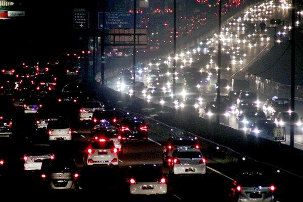 Kepadatan kendaraan roda empat dari arah Bogor menuju Jakarta di Jalan Tol Jagorawi, Cibubur, Jakarta Timur , Senin (24/4). - Antara/Yulius Satria Wijaya