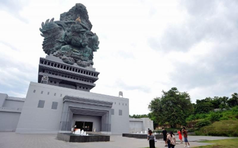 Wisatawan mengunjungi kawasan Garuda Wisnu Kencana (GWK) Cultural Park di Badung, Bali, Sabtu (30/1/2021). - Antara/Naufal Fikri Yusuf