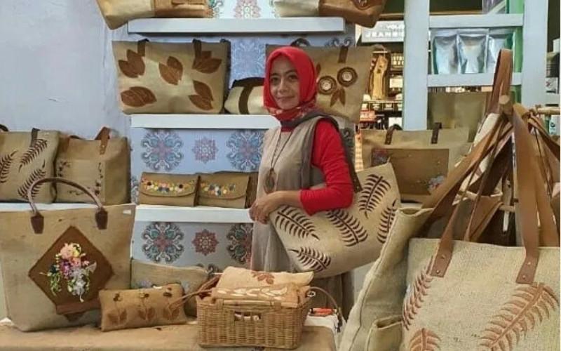 UMKM Rose Tulip. Pemasaran produknya kini sudah menjangkau hampir seluruh wilayah Indonesia. Terlebih setelah ia mendapatkan sejumlah tips dan trik berjualan di media sosial.  - Pertamina
