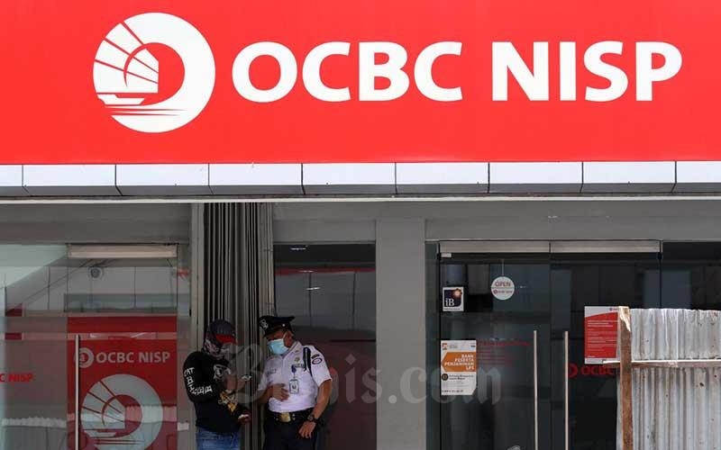 Petugas berbincang dengan nasabah di kantor cabang PT Bank OCBC NISP Tbk di Jakarta, Senin (20/4/2020). Bisnis - Dedi Gunawan