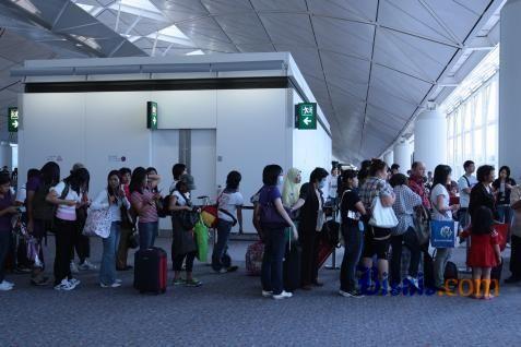 Antrean pekerja migran di bandara. - Bisnis