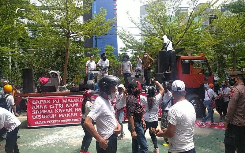 Massa AUHM melakukan aksi demonstrasi di Kantor Walikota Makassar, Rabu (10/2/2021), mereka menuntut perpanjangan PPKM dicabut - Wahyu Susanto