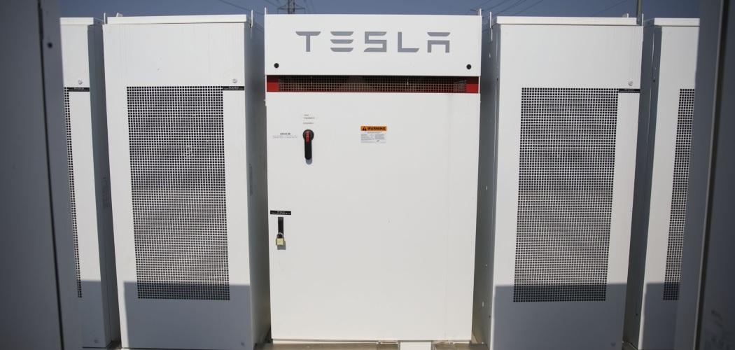 Deretan Powerpack dan inverter milik Tesla Inc. yang berada di fasilitas Mira Loma Energy Storage System (ESS) Southern California Edison Co. di Ontario, Kanada, AS, Kamis (1/6/2017). - Bloomberg/Patrick T. Fallon