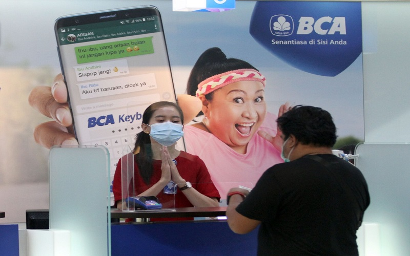 Nasabah bertransaksi di Bank Central Asia di Makassar, Sulawesi Selatan, Rabu (10/2/2021). rnPT Bank Central Asia Tbk. (BCA) Kantor Wilayah IV Makassar yang membawahi wilayah Timur Indonesia, antara lain Bali, Nusa Tenggara, Sulawesi, Maluku, dan Papua mencatatkan kinerja hingga akhir tahun 2020 dengan mencatatkan laba sebesar Rp1,46 triliun atau meningkat 5,94 persen dibandingkan periode yang sama tahun sebelumnya (YoY). Bisnis - Paulus Tandi Bone