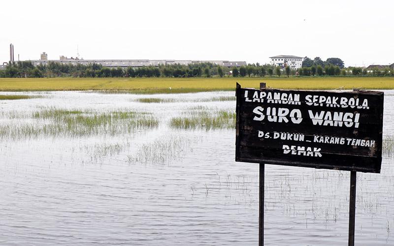 Banjir menggenangi lapangan sepakbola dan area persawahan di Kecamatan Karangtengah, Demak, Rabu (10/2/2021)  -  Muhammad Faisal Nur Ikhsan / BISNIS
