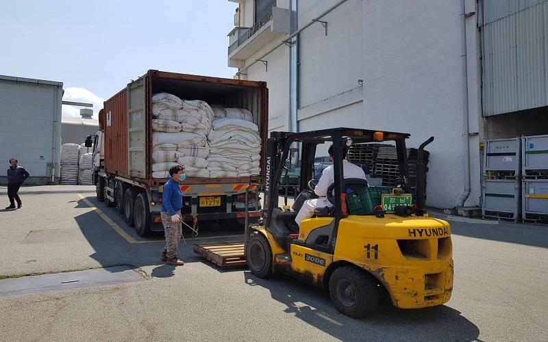Proses muat rumput laut ke dalam kontainer. - Bisnis/Muhammad Mutawallie Sya'rawie