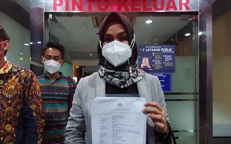 Advokat dan pegiat SAMINDO-SETARA Institute Disna Riantina perlihatkan surat laporan polisi terhadap Aisha Wedding di Polda Metro Jaya, Rabu (10/2/2021). - Antara\r\n\r\n