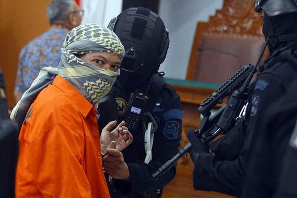 Petugas memborgol tangan terdakwa kasus dugaan serangan teror bom Thamrin dengan terdakwa Oman Rochman alias Aman Abdurrahman seusai menjalani sidang lanjutan di Pengadilan Negeri Jakarta Selatan, Jumat (25/5/2018). - ANTARA/Wahyu Putro A