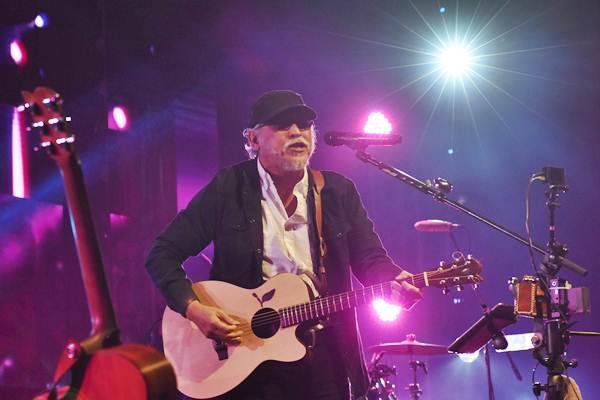 Musisi legendaris Iwan Fals bernyanyi menghibur penggemarnya pada konser bertajuk