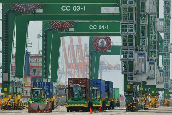 Kegiatan bongkar muat kontainer di Terminal Teluk Lamong, Surabaya, Jawa Timur, Minggu (19/3). - Antara/Didik Suhartono