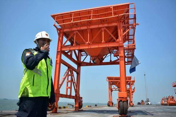 Petugas berjaga di pelabuhan yang berada di kawasan industri terpadu Java Integrated Industrial and Ports Estate (JIIPE), Gresik, Jawa Timur, Selasa (8/5/2018). - ANTARA/Umarul Faruq