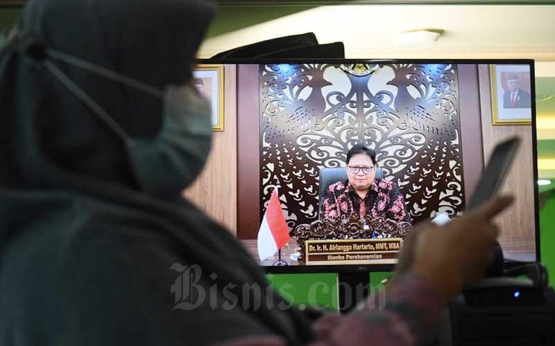 Menteri Koordinator Bidang Perekonomian Airlangga Hartartomemberikan sambutan swcara virtual saat acara Bisnis Indonesia Award di Jakarta, Senin (14/12/2020). Bisnis - Abdurachman