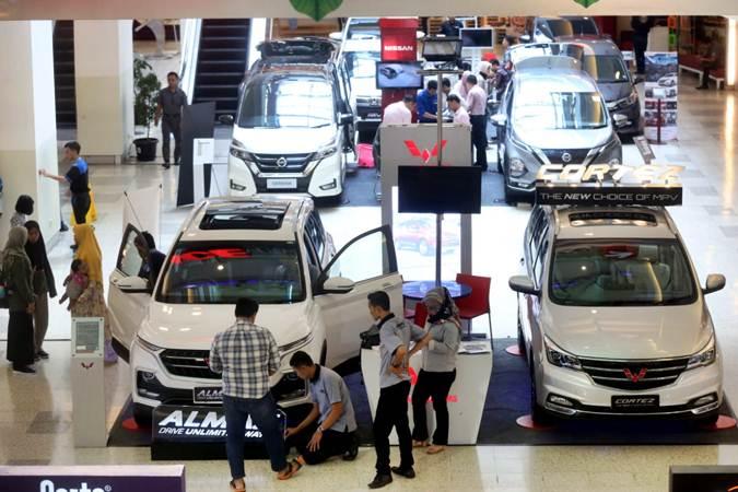 Pengunjung mengamati mobil baru yang dipamerkan di pusat perbelanjaan di Bandung, Jawa Barat, Kamis (14/3/2019). - Bisnis/Rachman