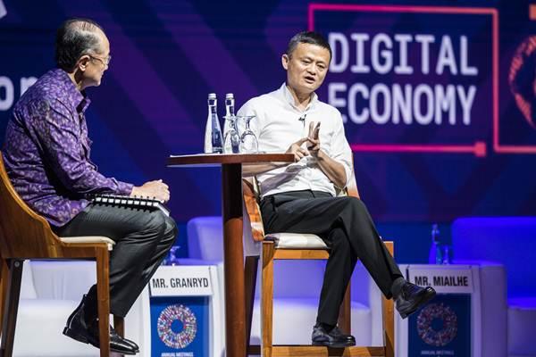 Presiden Grup Bank Dunia Jim Yong Kim (kiri) bersama Pendiri Alibaba Jack Ma menjadi pembicara di sela-sela Pertemuan Tahunan IMF - World Bank Group 2018 di Bali Nusa Dua Convention Center, Nusa Dua, Bali, Jumat (12/10/2018). - ANTARA/M Agung Rajasa