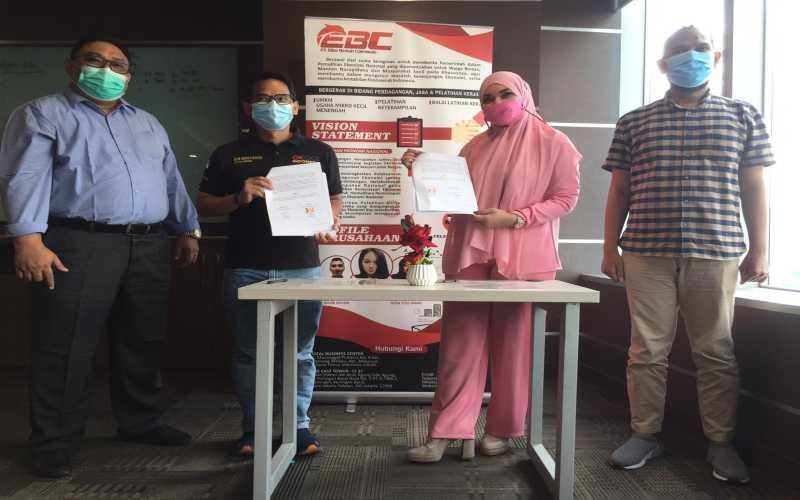 Ketua Umum OK OCE Iim Rusyamsi saat penandatanganan kerja sama dengan UMKM Jameela di The East, Jakarta, Kamis (11/2 - 2021).