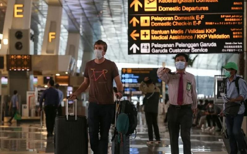 Seorang warga negara asing (WNA) berjalan di Terminal 3 Bandara Internasional Soekarno-Hatta, Tangerang, Banten, Rabu (13/1/2021). - Antara