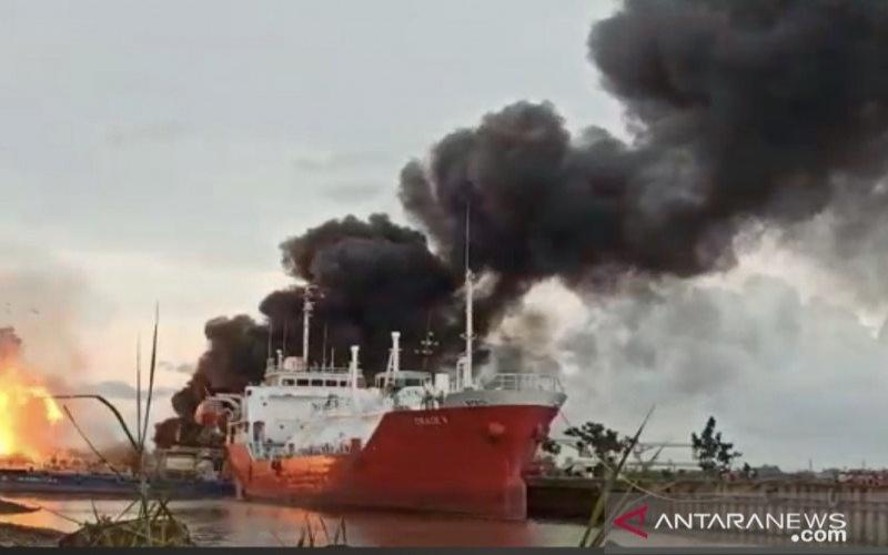 Kapal yang terbakar dan meledak di sekitar galangan PT Barokah Perkasa, Kelurahan Pulau Atas, Kecamatan Sambutan, Samarinda, Kalimantan Timur pada Kamis (11/2/2021) sore. - ANTARA - Arumanto