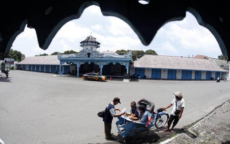 Seorang tukang foto wisata menawarkan jasa kepada turis di kawasan Keraton Kasunanan Surakarta Hadiningrat, Solo Jawa Tengah, Kamis (4/2/2021). - Antara/Maulana Surya.