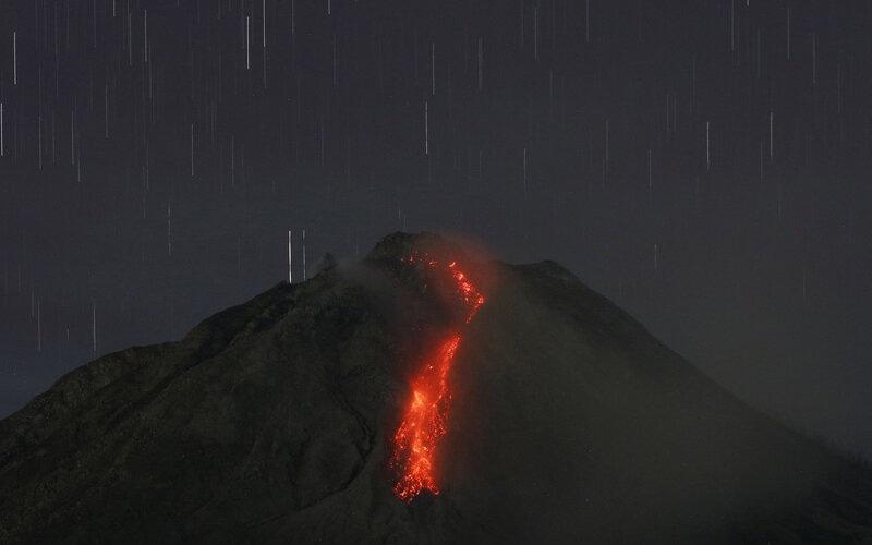 Guguran lava dari puncak Gunung Sinabung terlihat dari Desa Tiga Kicat, Kecamatan Simpang Empat, Karo, Sumatera Utara, Jumat (12/2/2021). Pusat Vulkanologi dan Mitigasi Bencana Geologi (PVMBG) di Pos Pemantauan Gunung Api Sinabung mencatat volume kubah lava di puncaknya sudah mencapai 4 juta meter kubik sehingga diimbau untuk warga yang berada pada radius 2.5 kilometer dalam zona merah untuk tidak melakukan aktivitas. - Antara/Edy Regar.