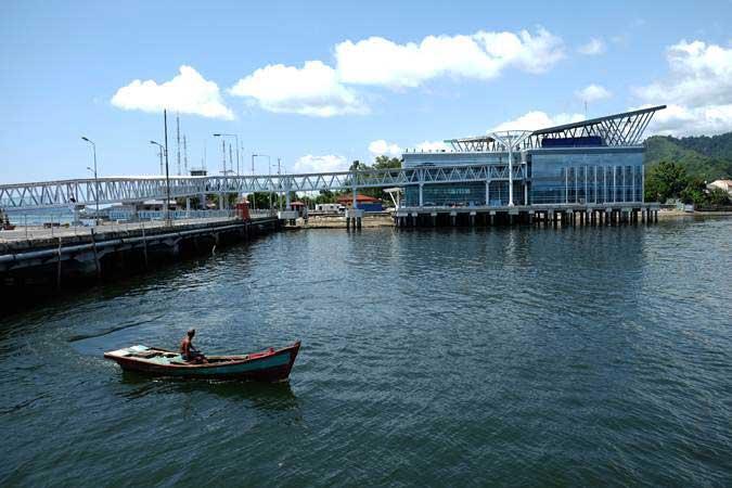 Seorang nelayan menaiki perahu motornya saat melintas di lokasi pengembangan terminal penumpang Pelabuhan Sibolga di Sibolga, Sumatra Utara, Kamis (7/2/2019). - ANTARA/Irsan Mulyadi