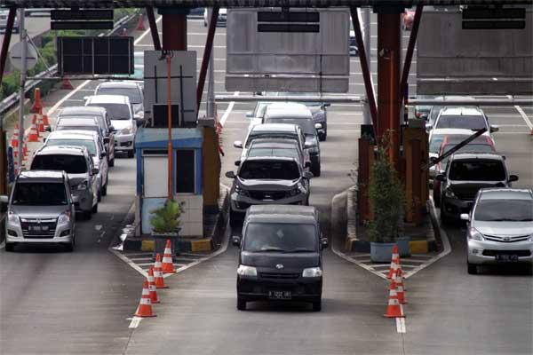 Kendaraan antre membayar tol di gerbang Tol Cibubur, Jagorawi, Jakarta, Jumat (5/5). - Antara/Yulius Satria Wijaya