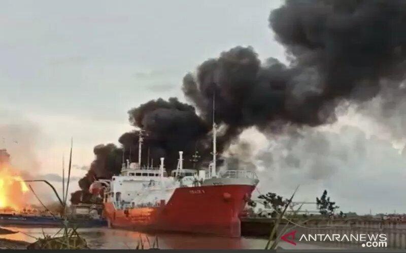 Kapal tongkang Oil Bas GPE (gemilang perkasa energi) milik PT. Barokah Perkasa Samarinda terbakar dan meledak di perairan Sungai Mahakam Samarinda. - Antara