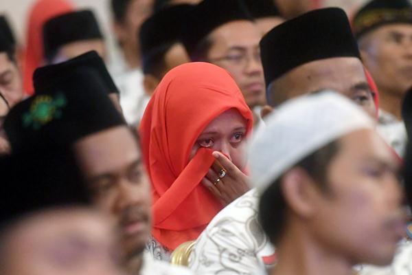 Seorang guru menangis saat mengikuti acara silaturahmi antara Presiden Joko Widodo dengan Persatuan Guru Seluruh Indonesia (PGSI) di Istana Negara, Jakarta, Jumat (11/1/2019). - ANTARA/Akbar Nugroho Gumay
