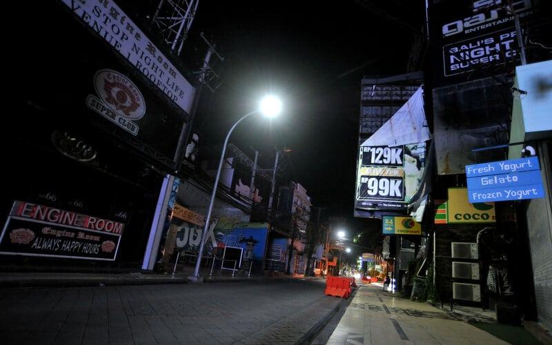 Suasana kawasan wisata Jalan Legian tampak sepi saat penerapan Pemberlakuan Pembatasan Kegiatan Masyarakat (PPKM) di Kuta, Badung, Bali, Selasa (12/1/2021). Konsumsi listrik di Bali  banyak dipengaruhi aktivitas pariwisata. - Antara/Fikri Yusuf.