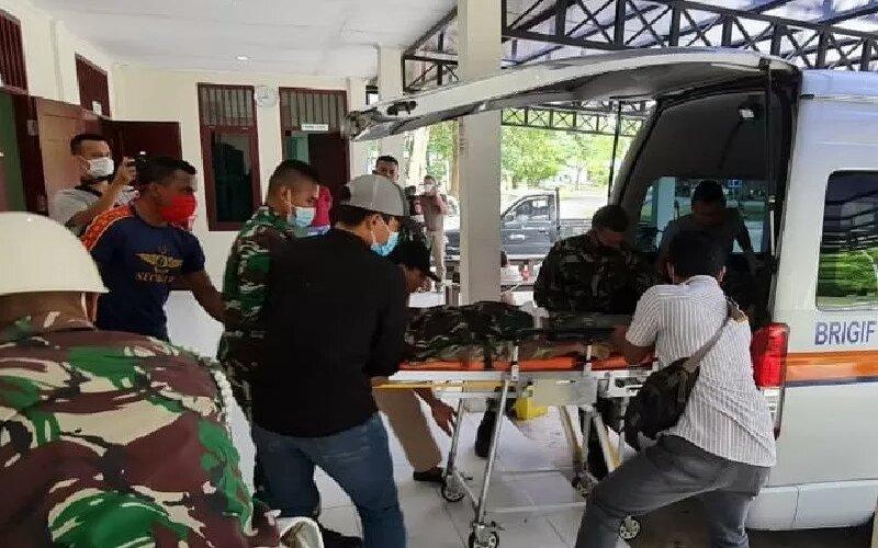 Jenazah Prada Ginanjar yang gugur dalam kontak tembak dengan KKB di kampung Mamba, Kab. Intan Jaya, Senin (15/2) tiba di Timika. - Antara/pihak ketiga)