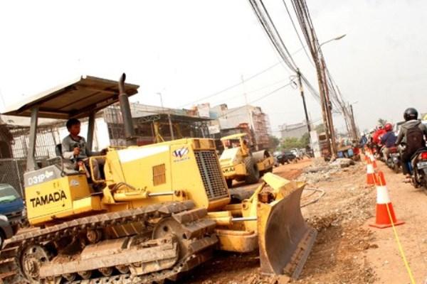 Ilustrasi: Pengerjaan proyek pelebaran jalan jalur mudik di Jalan Kalimalang, Bekasi, Jawa Barat, Jumat (12/6/15). - Antara/Risky Andrianto