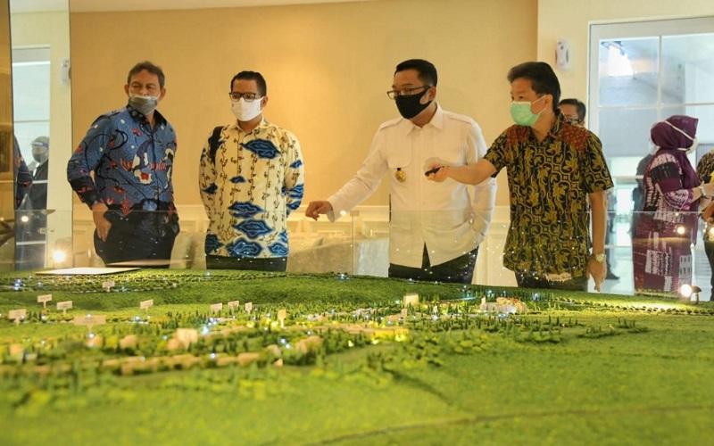 Gubernur Jawa Barat Ridwan Kamil melihat maket pembangunan KEK Lido - Istimewa
