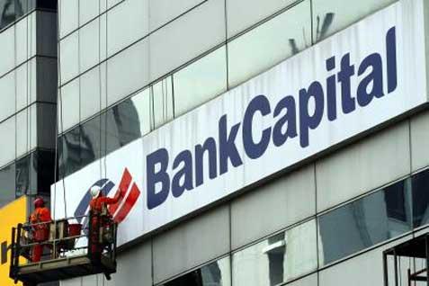 Ilustrasi / Beberapa pekerja beraktivitas di depan gedung dengan logo Bank Capital.