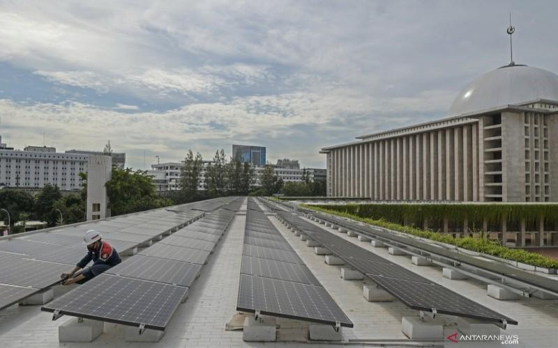 Pekerja memeriksa panel listrik tenaga surya di atap Masjid Istiqlal di Jakarta, Kamis (3/9/2020)./ANTARA FOTO-Galih Pradipta - aww