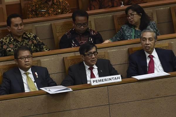 Menkumham Yasonna Laoly (tengah) bersama Menkominfo Rudiantara (kiri) saat mengikuti rapat paripurna DPR, Kamis (27/10/2017) yang mengesahkan RUU tentang merek dan Indikasi Geografis menjadi Undang Undang serta menyetujui revisi UU tentang perubahan UU Nomor 11 tahun 2008 tentang Informasi dan Transaksi Elektronik - Antara/Puspa Perwitasari