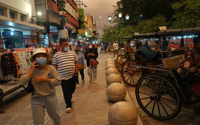 Wisatawan berjalan di kawasan wisata Jalan Malioboro, Yogyakarta, Jumat (12/2/2021). Pada liburan tahun baru Imlek 2021 ini kawasan Malioboro dipadati pengunjung meskipun pemerintah setempat telah melakukan pembatasan wisatawan yang masuk ke Malioboro dengan jumlah antara 600 hingga 700 wisatawan per hari. - Antara/Andreas Fitri Atmoko.