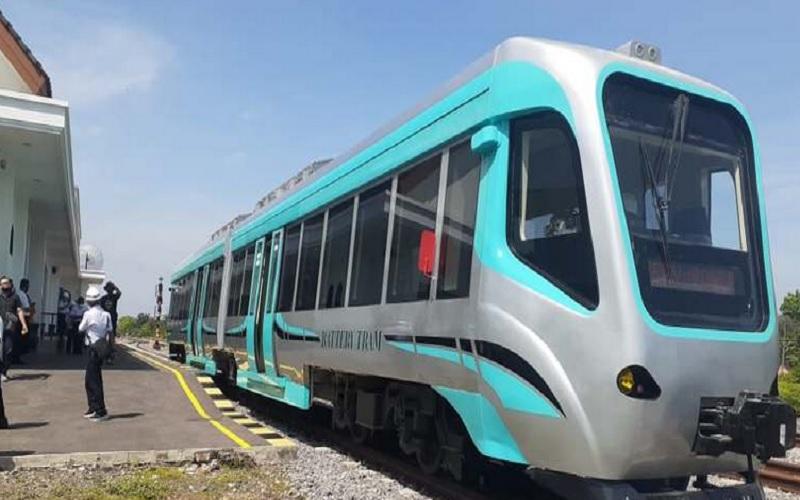 Trem bertenaga baterai produksi PT Industri Kereta Api untuk pertama kali diuji coba di jalur kereta milik KAI, Selasa (10/11/2020). JIBI - Madiun Pos/Abdul Jalil