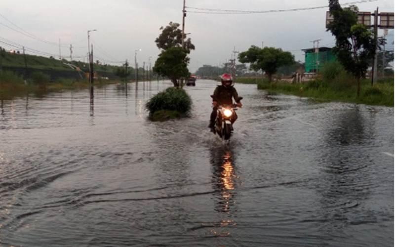 Banjir di Jalan Raya Porong, Sidoarjo - Antara Jatim/SI