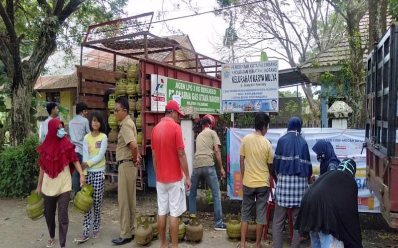 Operasi pasar LPG 3 Kg di Kelurahan Karya Mulia, Kecamatan Sematang Borang, Palembang yang dilakukan Pertamina MOR II Sumbagsel. Istimewa