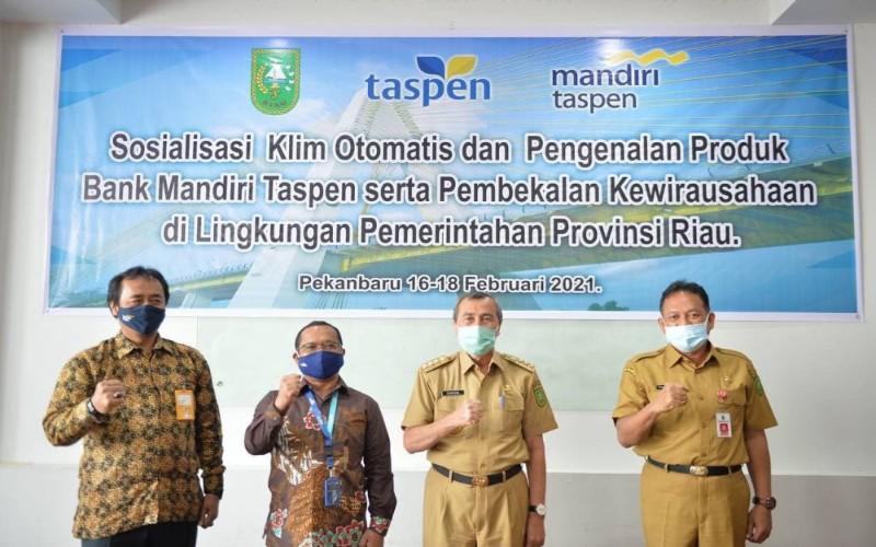 Gubernur Riau Syamsuar (dua kanan), Kepala BKD Riau Ikhwan Ridwan (kanan), serta perwakilan Taspen dan Bank Mantap Cabang Pekanbaru pada kegiatan sosialisasi program bagi pensiunan PNS di Provinsi Riau, Selasa (16/2/2021).  -  Istimewa.
