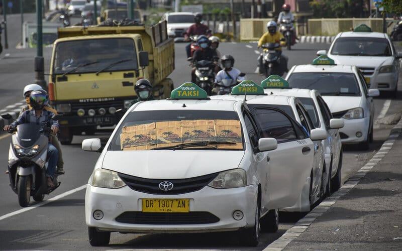 Sejumlah taksi parkir menunggu penumpang, di Sweta, Mataram, NTB, Senin (8/2/2021). Badan Pusat Statistik (BPS) NTB mencatat pertumbuhan ekonomi NTB selama tahun 2020 tumbuh minus 0,64 persen secara tahunan (yoy) yang disebabkan karena adanya pandemi global COVID-19 dimana ekonomi NTB minus terdalam terjadi pada kategori transportasi dan pergudangan, penyediaan akomodasi, dan makan minum, serta kategori konstruksi. - Antara/Ahmad Subaidi.