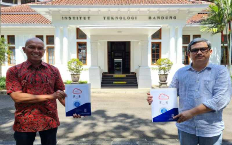 Wakil Rektor Institut Teknologi Bandung Muhamad Abduh berpose dengan Iman Muhamad, Head of Applications Oracle Indonesia. - Istimewa