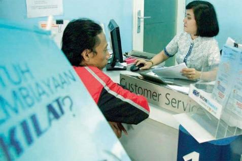 Ilustrasi konsumen mengajukan kredit kendaraan bermotor  -  Bisnis.com