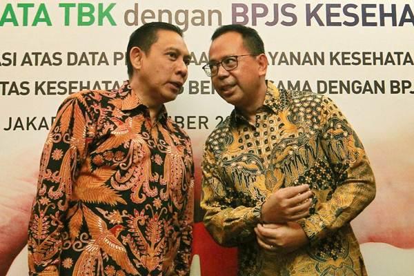 Direktur Utama PT Bank Permata Tbk. Ridha Wirakusumah (kanan) berbincang dengan Direktur Keuangan Badan Penyelenggara Jaminan Sosial (BPJS) Kesehatan Kemal Imam Santoso di sela-sela penandatanganan kerja sama di Jakarta, Jumat (3/11). - JIBI/Dwi Prasetya