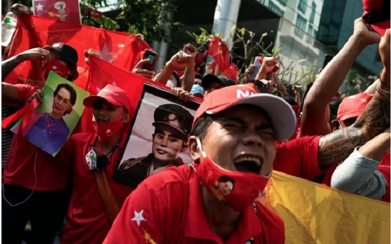 Ilustrasi - Pendukung NLD meneriakkan slogan-slogan di depan kedutaan Myanmar selama unjuk rasa setelah militer merebut kekuasaan dari pemerintah sipil yang dipilih secara demokratis dan menangkap pemimpinnya Aung San Suu Kyi, di Bangkok, Thailand, Senin (1/2/2021). - Antara/Reuters